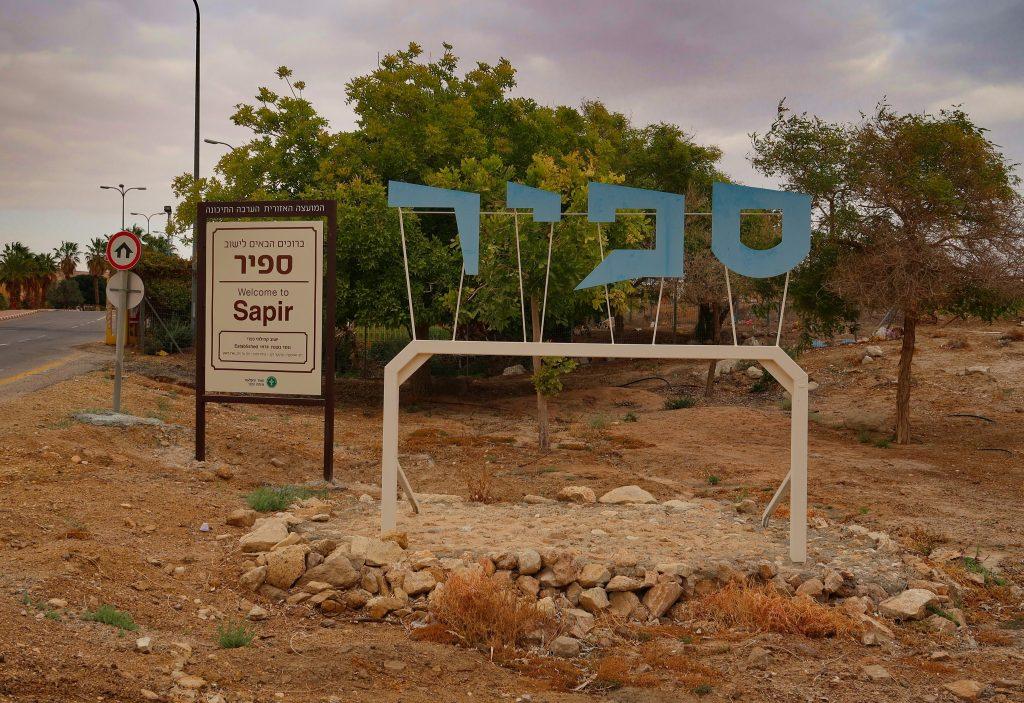 Uvítací tabule osady Sapir
