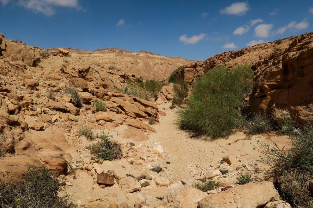 Israel National Trail na dně machteše Ramon