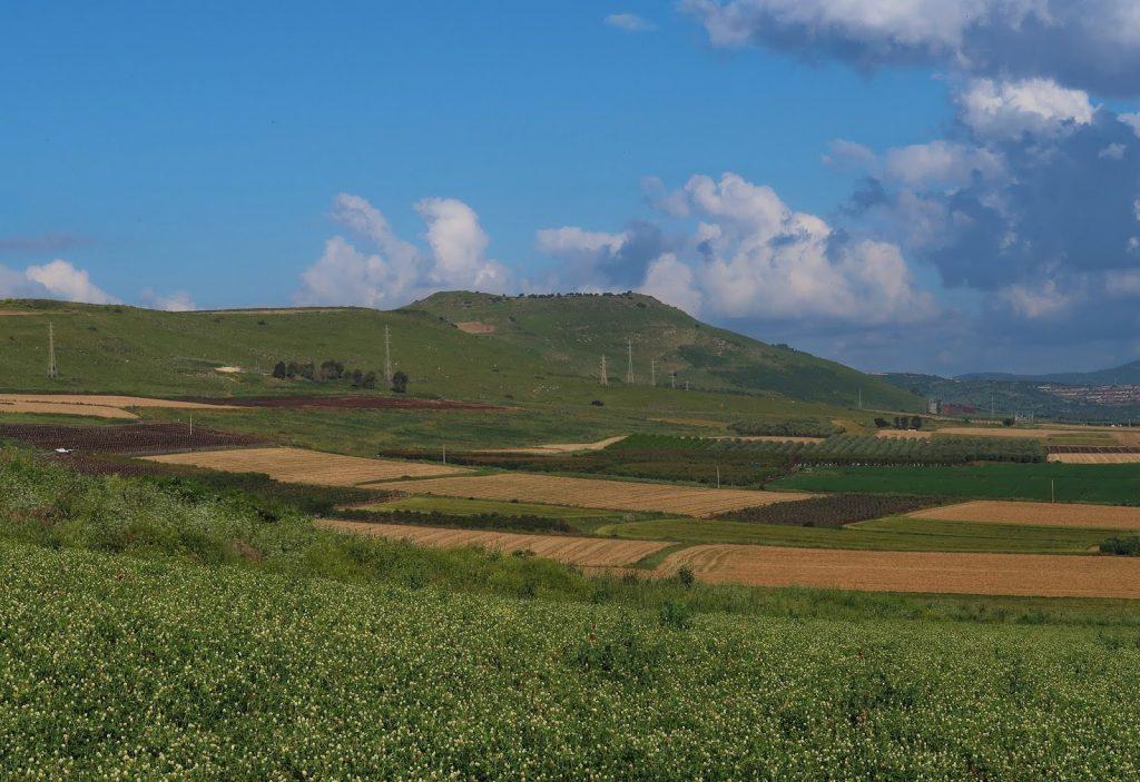 Pohled na Hattínské rohy z Izraelské národní stezky (Israel National Trail)