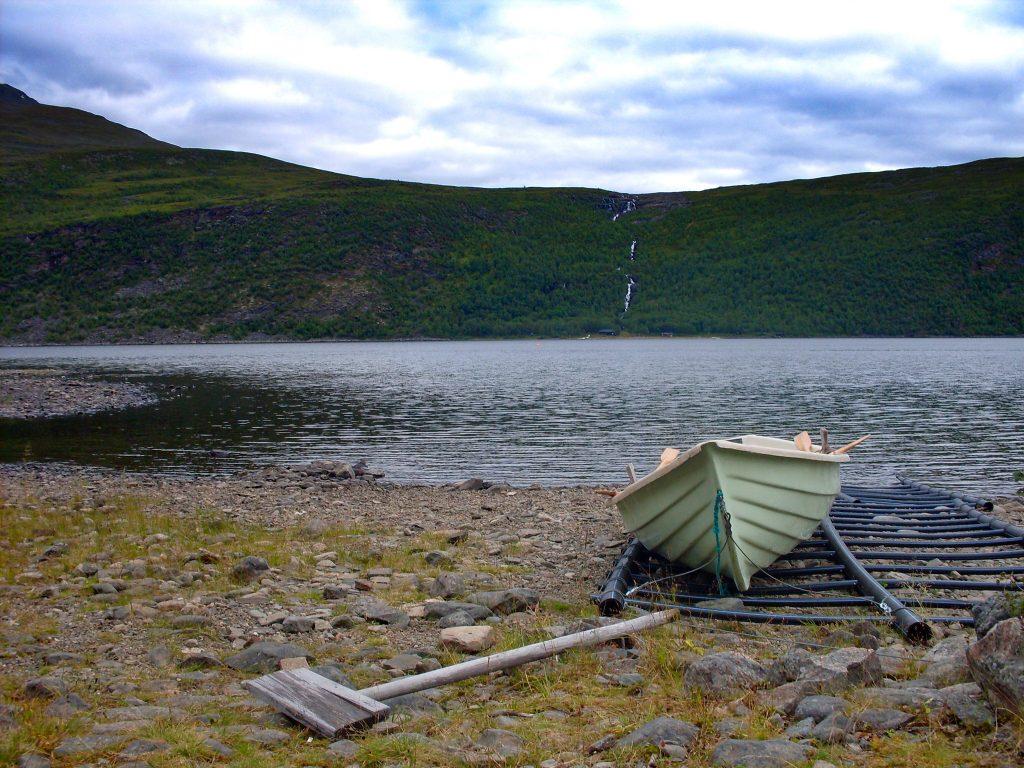 První veslování na Kungsleden - loďka u jezera Teusajaure